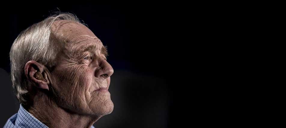 vieil homme dans le noir